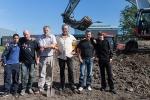 Projectleider-Jan-Blom,-met-schep,-en-Frans-Rodenburg,-geflankeerd-door-werkmeesters-en-deelnemers-van-School2Work,-bij-de-officiële-start-van-de-reconstructie-van-de-eendenkooi-van-Ruigoord-300x200