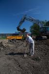 17. Officiële-start-eendenkooi-4-09-12. Opdrachtgever Jan Blom van Haven Amsterdam steekt de eerste schop in de grond