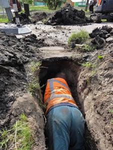 met-een-schep-een-tunneltje-graven-(1)