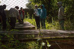 De-boswachter-met-Frans-en-de-deelnemers-bij-een-vangkist