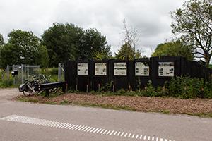 De-informatieborden-aan-de-schutting-naast-het-fietsenrek