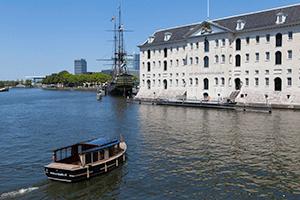 De-Zonneboot,-de-Amsterdam-en-het-scheepvaartmuseum