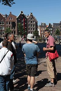 Gids-Albert-in-gesprek-met-de-deelnemers